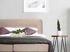 łóżko w sypialni 10