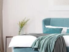 łóżko w sypialni 8