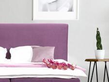 łóżko w sypialni 9